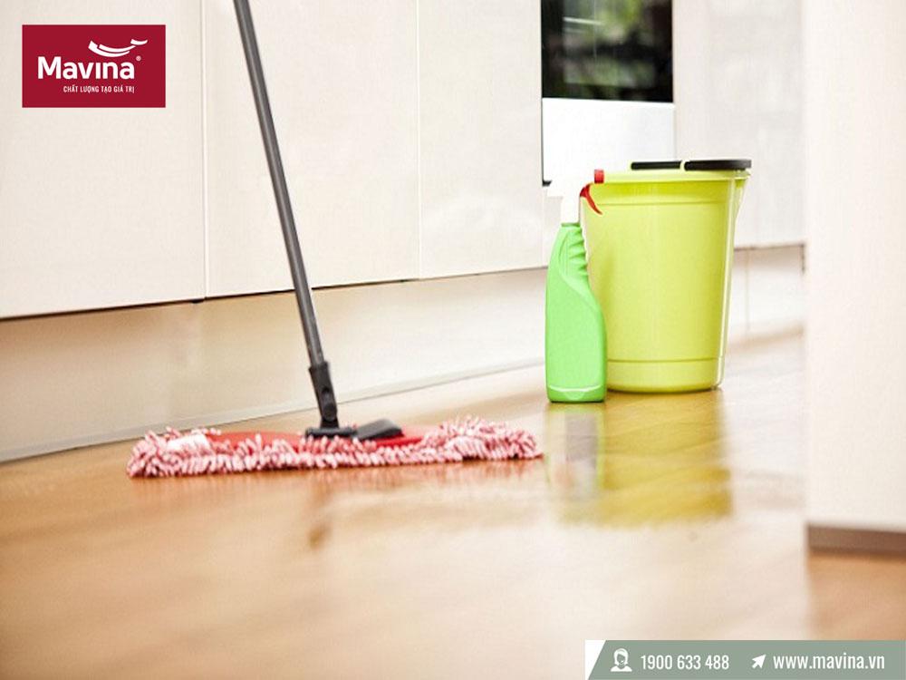 Lau sàn nhà bằng nước lau sàn chuyên dụng